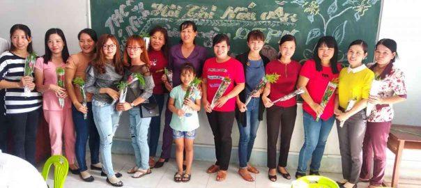 Các Cô được tặng hoa ngày 8-3